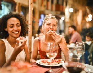 レストランでピザを食べる女性